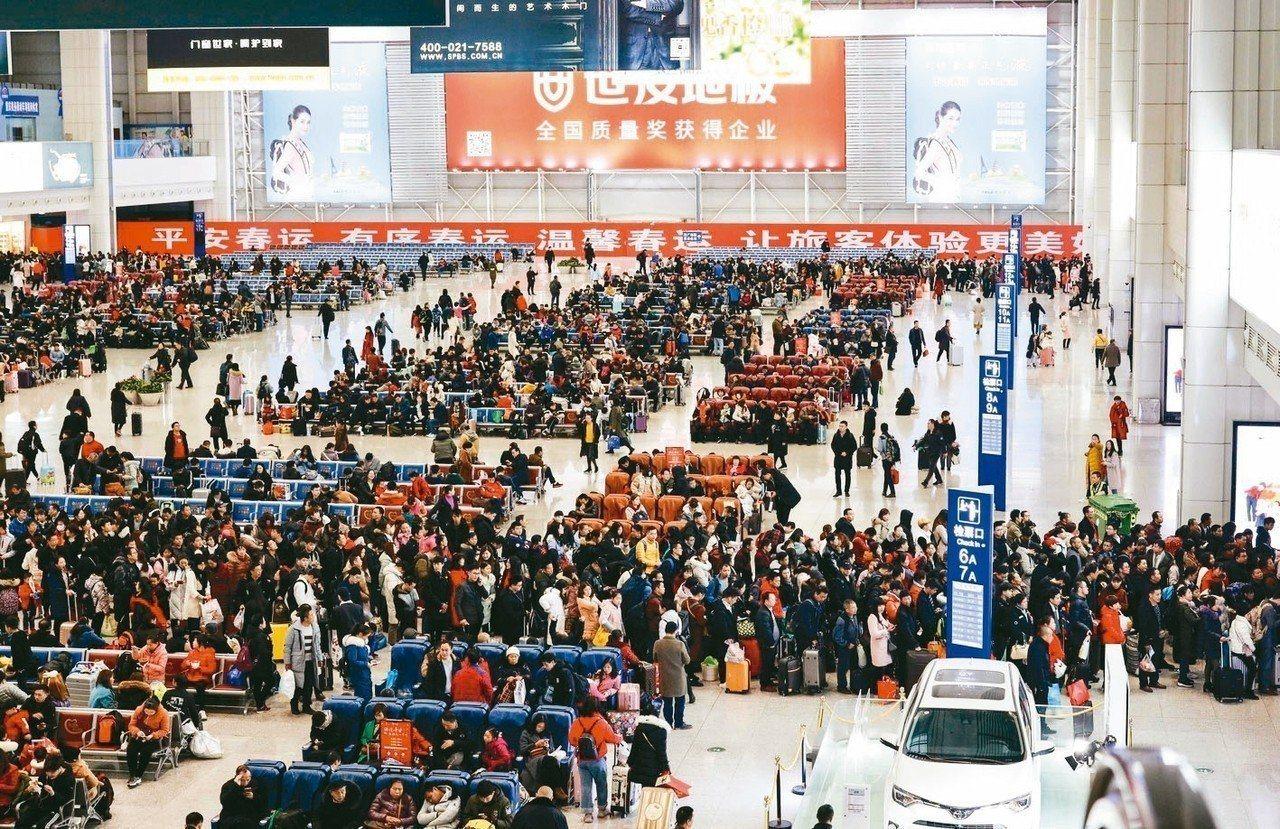 10日大陸多地出現返程客流高峰,圖為旅客在重慶北站北廣場候車室候車。新華社