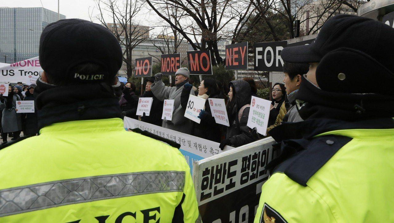 南韓民眾十日在南韓外交部附近示威,抗議政府屈從美方要求負擔更多駐韓美軍費用,員警...