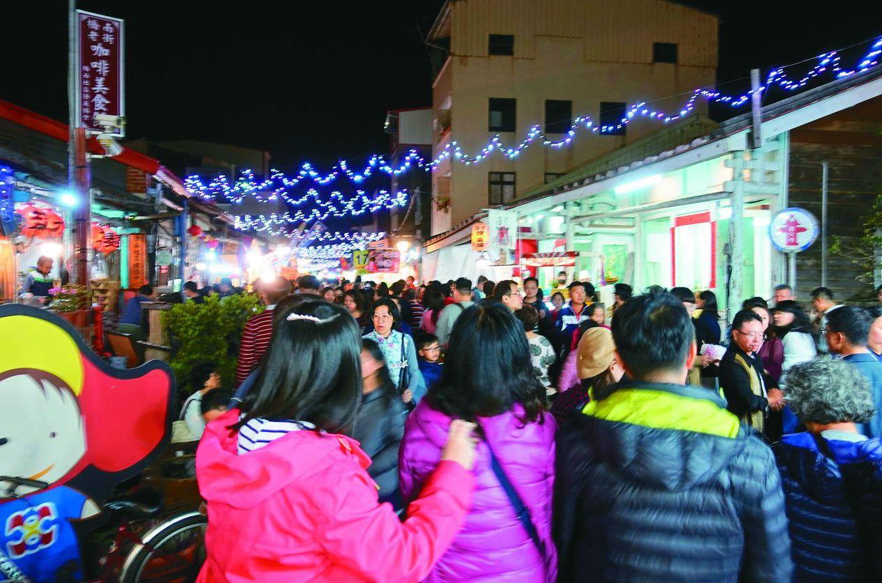 台南鹽水月津港燈節帶動下,人潮擠爆橋南老街及美食區。 圖/聯合報系資料照片