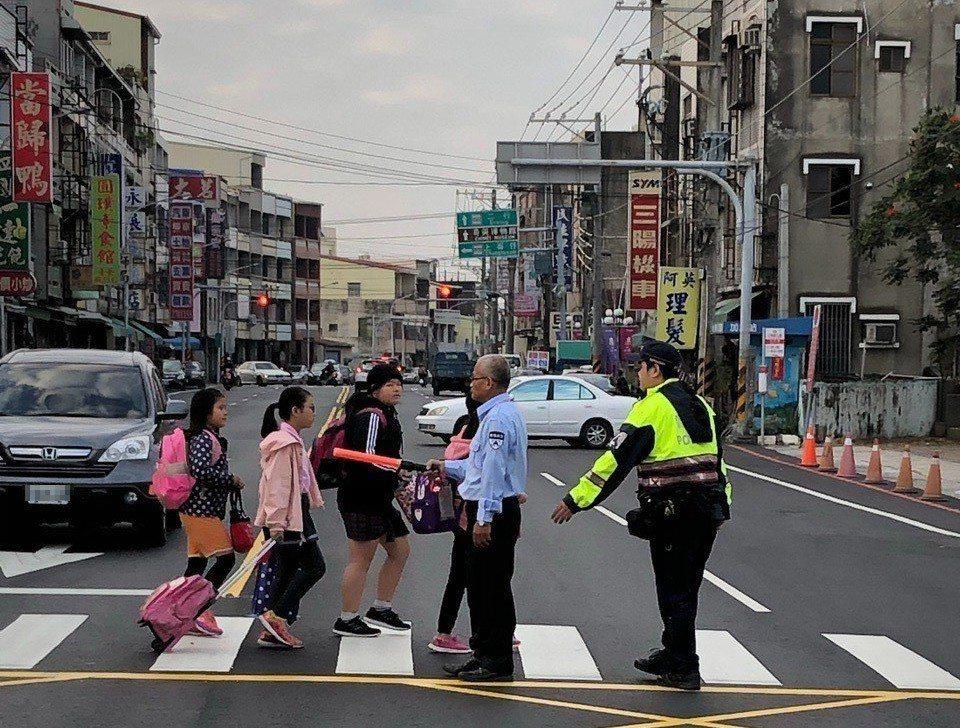 台南市警方今天針對轄區內學童上、下學時段,派遣警力執行「護童專案」勤務。 圖/南...