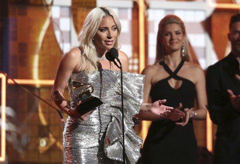 第61屆葛萊美音樂獎頒獎典禮今日舉行,女神卡卡一口氣拿下2大獎,分別是以「一個巨星的誕生」主題曲「擱淺帶」(Shallow)贏得最佳影視原創歌曲獎,並以「喬安」(Joanne)榮獲最佳流行歌手獎,她...