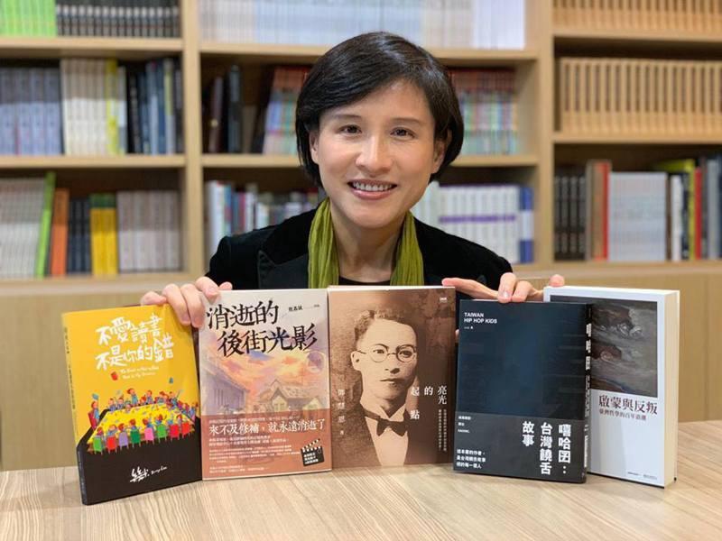 文化部長鄭麗君昨天深夜在臉書分享她最近發現的台灣好書,包括《亮光的起點》、《消逝的後街光影》、《不愛讀書不是你的錯》等。圖擷自鄭麗君臉書