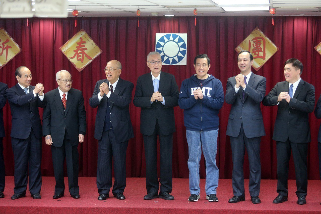 國民黨今天舉行新春團拜,包括國民黨主席吳敦義(中)、前主席馬英九(右三)、朱立倫...