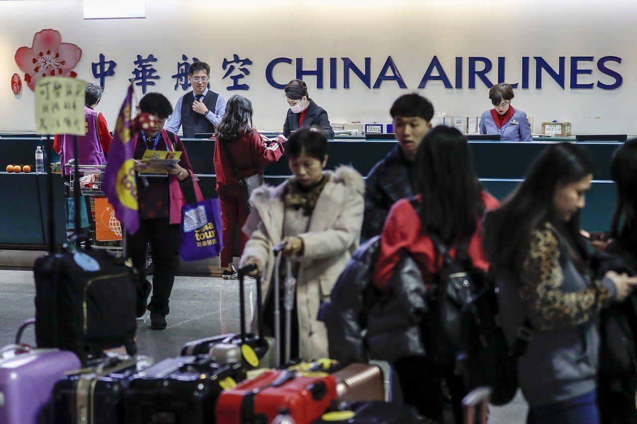 華航機師罷工事件僵局持續,台北市議員黃郁芬表示,華航應該拿出誠意,跟機師工會代表...