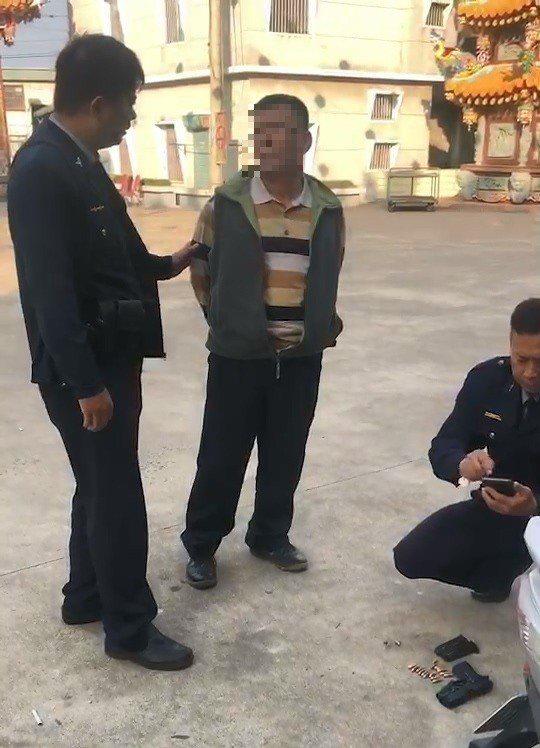 警方今天上午在高雄永安區一間宮廟逮捕羅姓男子(中),查獲他身上改造手槍及子彈。 ...