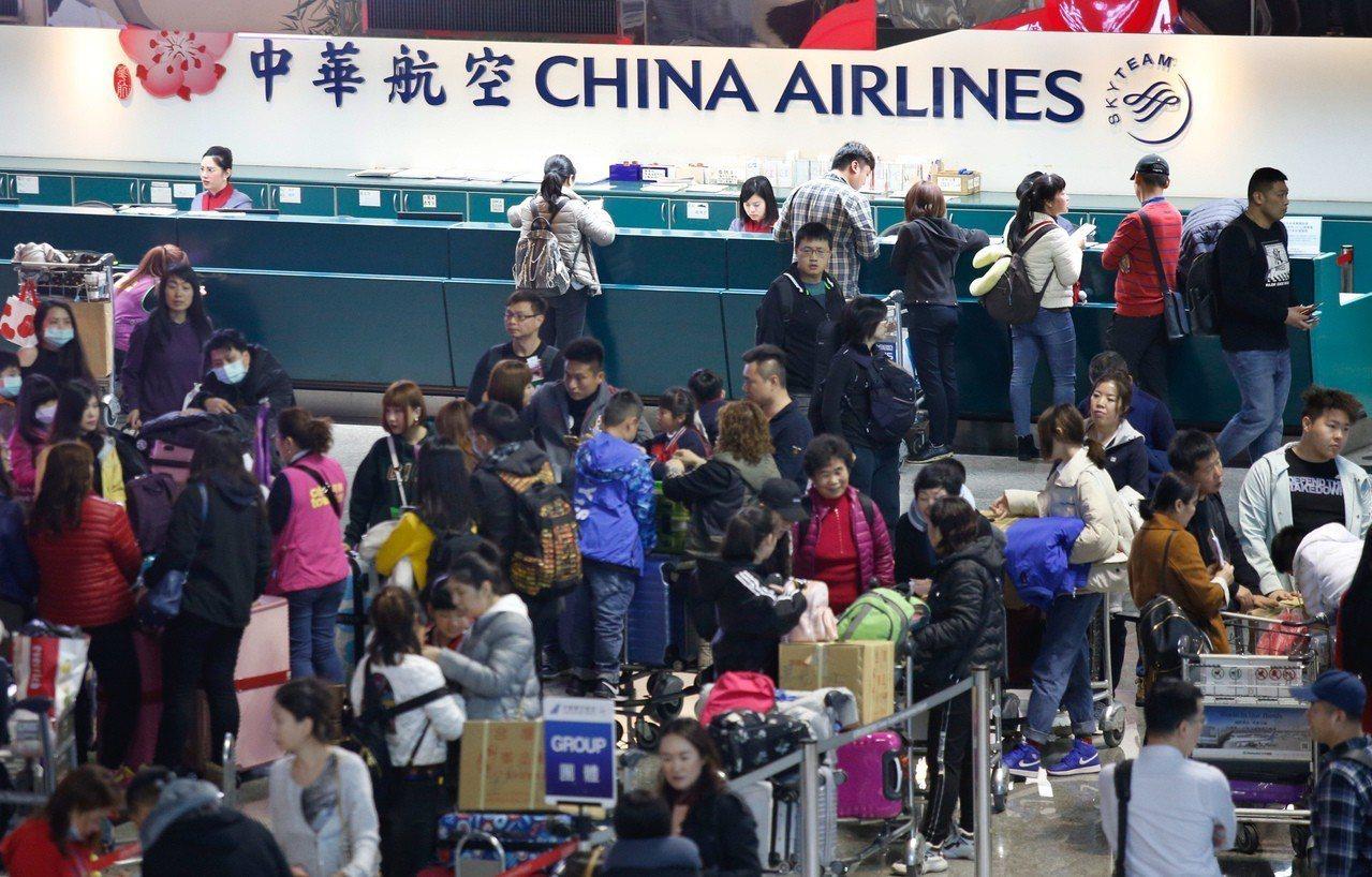由於第一次勞資談判沒有結論,華航機師持續罷工,桃園國際機場公司表示,桃園機場預估...
