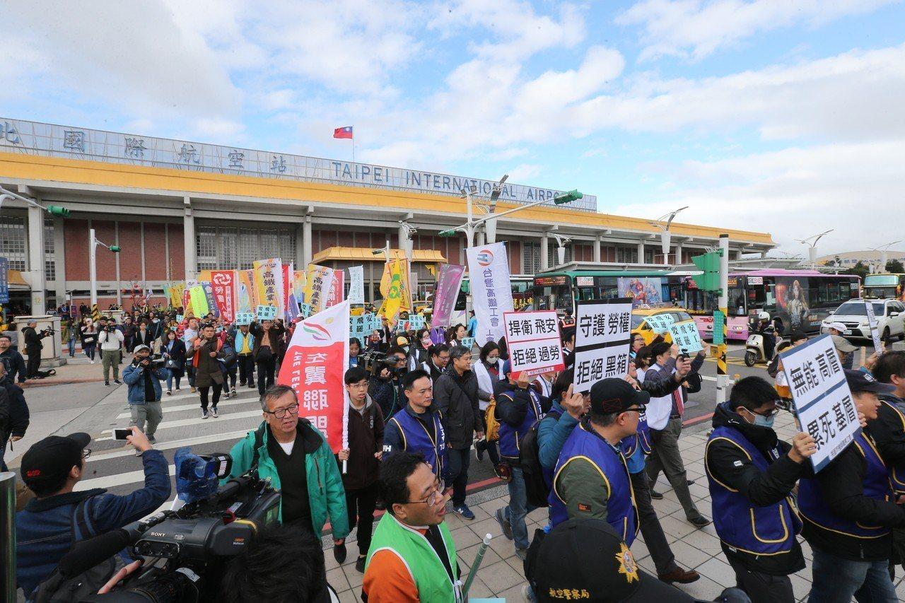 華航機師工會為了爭取改善疲勞航班等訴求,發動罷工邁入第四天,桃產總、台灣郵政等其...
