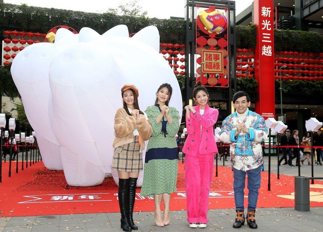 張文綺(左起)、曹雅雯、李千那、黃子佼出席「2019新光三越豬年燈展–豬福滿滿」...