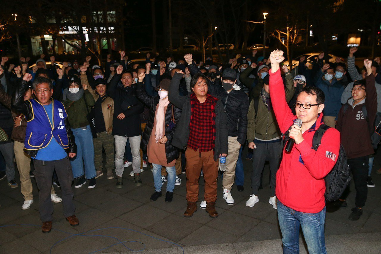 華航協商破局,確定罷工繼續,隨後機師工會成員在外頭高喊加油。 記者葉信菉/攝影