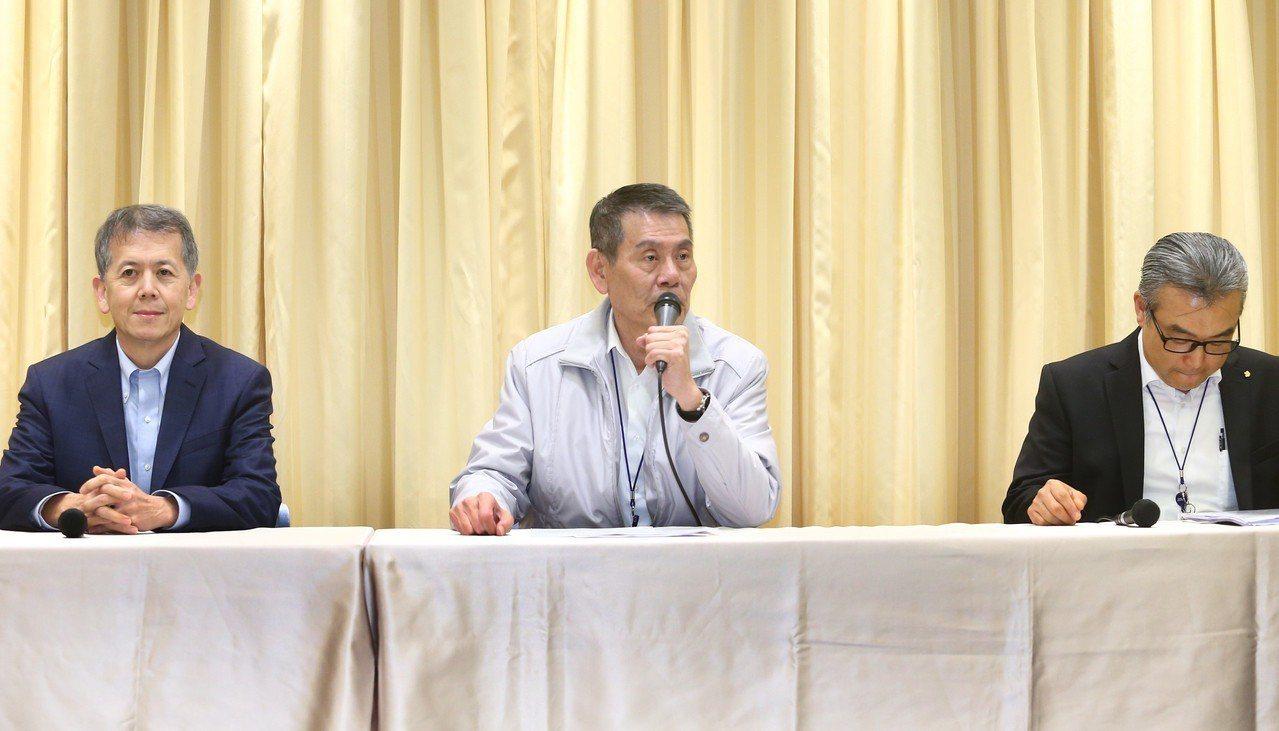 華航罷工第二次協商破局,會後華航總經理謝世謙(圖中)開記者會表示提出來的方案已經...
