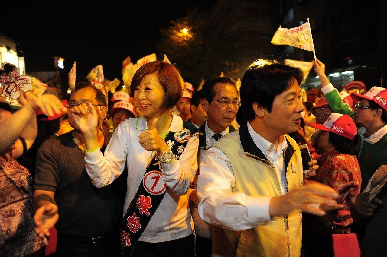 民進黨立委陳亭妃的市議員妹妹陳怡珍(左),2012年在台南市議會問政時,曾遭時任...