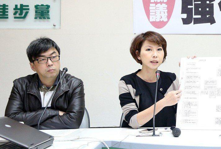 2018年台南市議長選舉跑票事件,段宜康(左)砲轟陳亭妃。 圖/聯合報系資料照片