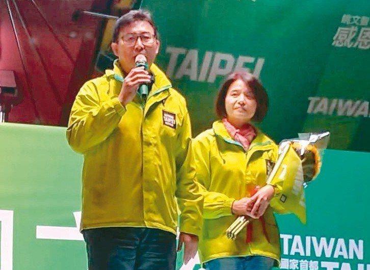 台北市長落選人姚文智(左)宣布退出政壇,選後舉辦「感恩之夜」,與妻子潘瓊琪一起感...