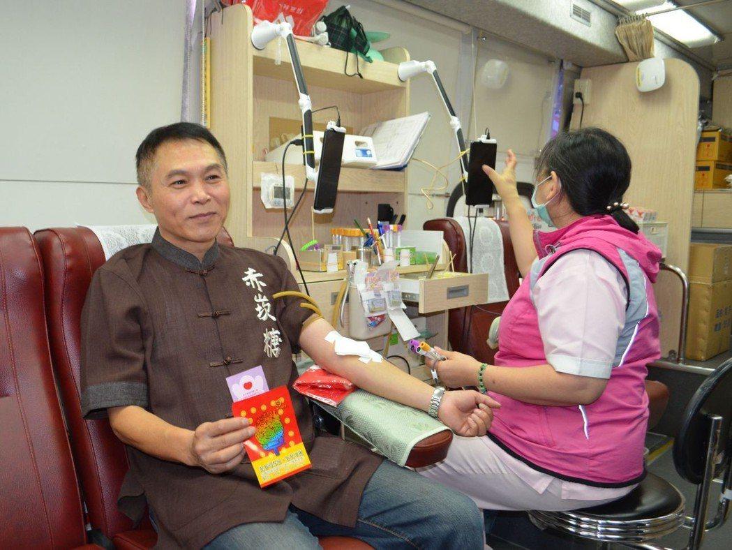 「赤崁糖」總監吳易隆挽袖捐血。  陳慧明 攝影