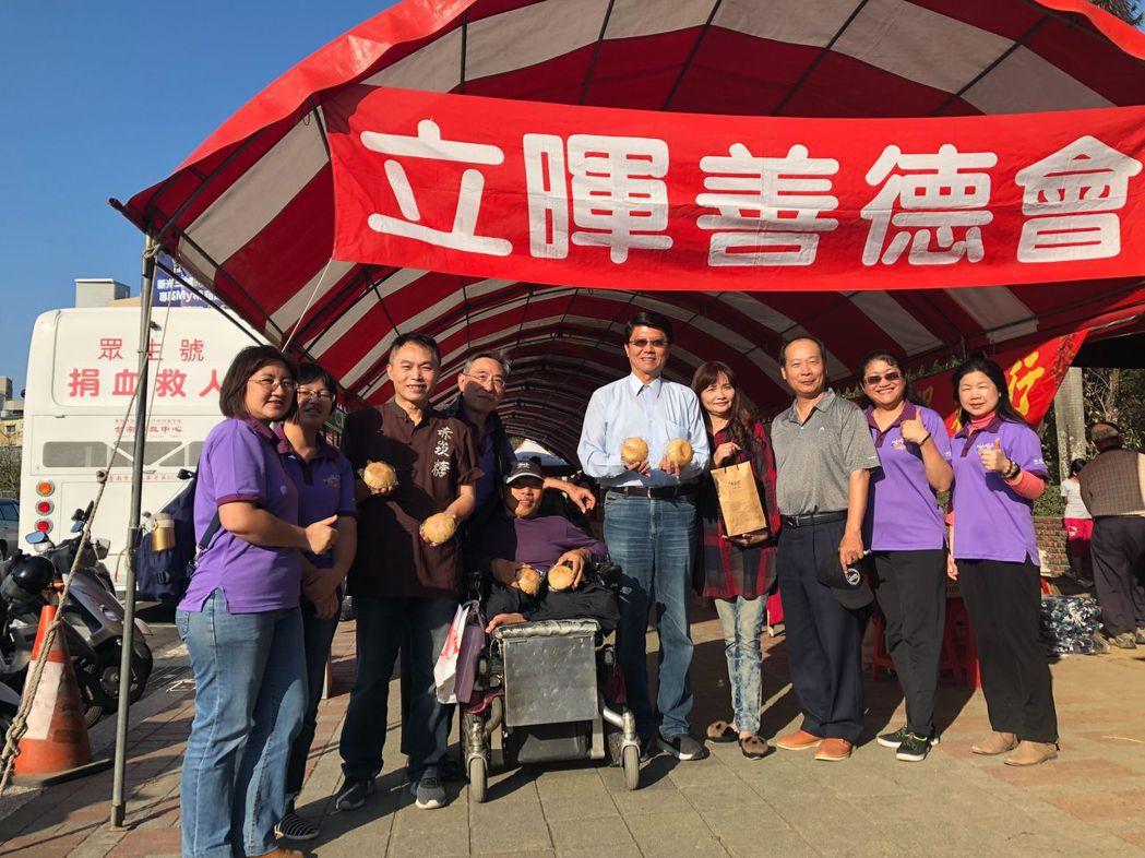 謝龍介議員(右五)到捐血現場力挺。  主辦單位 提供