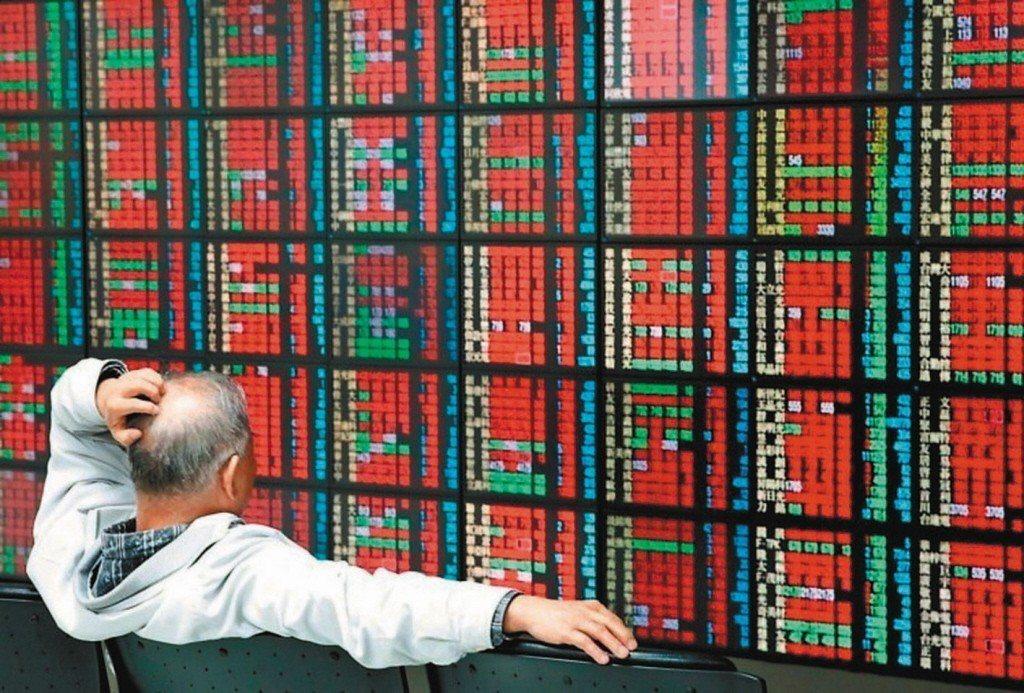 國票投顧預期,台股11日尾盤將在9,975-10,025點間震盪,預估成交金額為...
