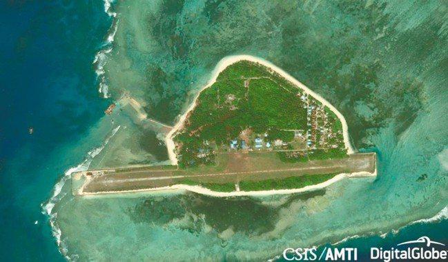 南沙中業島原衛星空照影象,島嶼左上出現大片填海造陸區域。 圖/AMTI