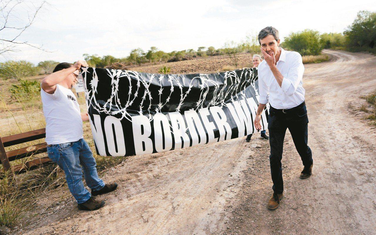 民主黨政治明星歐洛克11日將在德州艾爾帕索參加一場「反築牆」遊行,與川普總統正面...