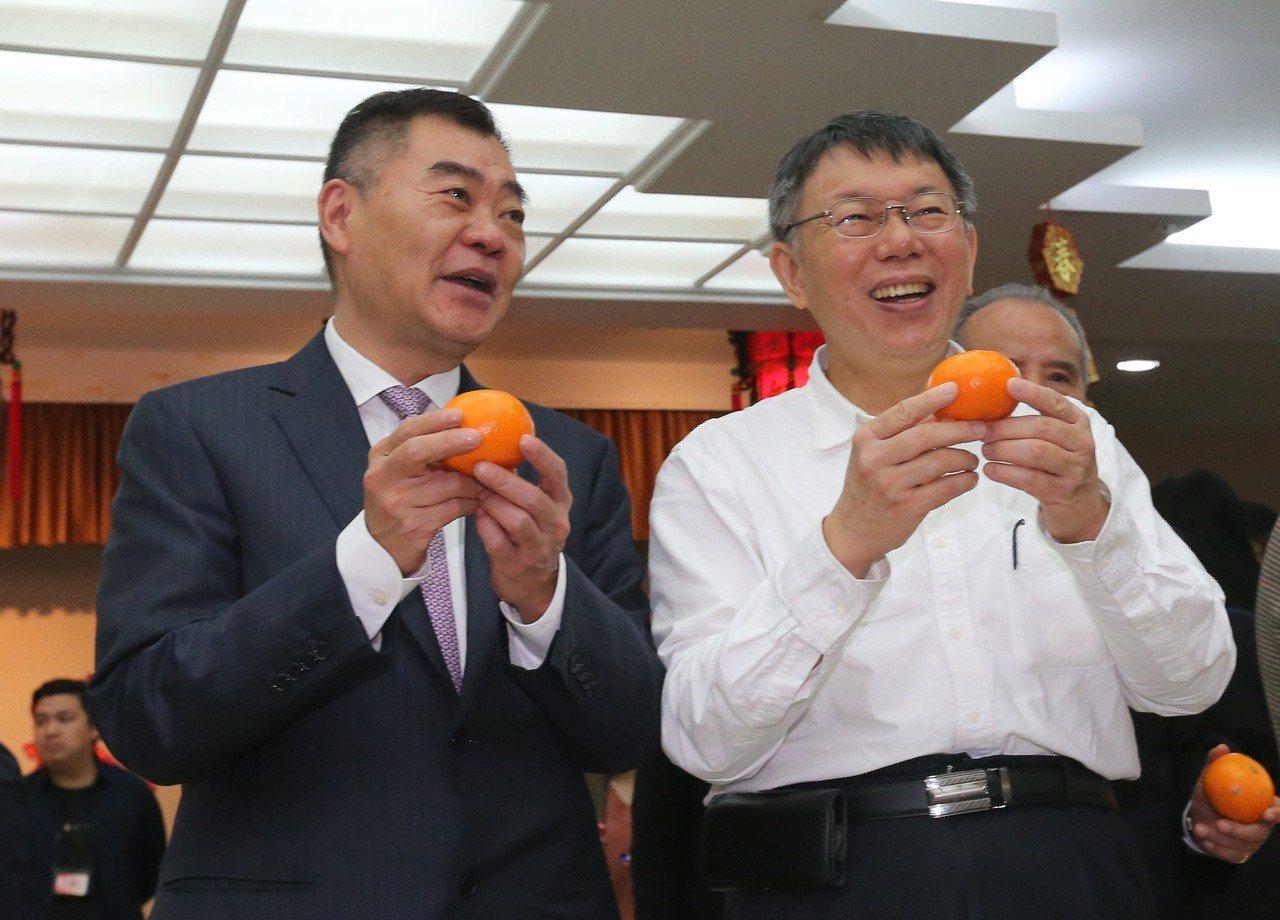 台北市長柯文哲(右)上午赴台北市議會新春團拜,他與身旁的議長陳錦祥(左)一同在媒...