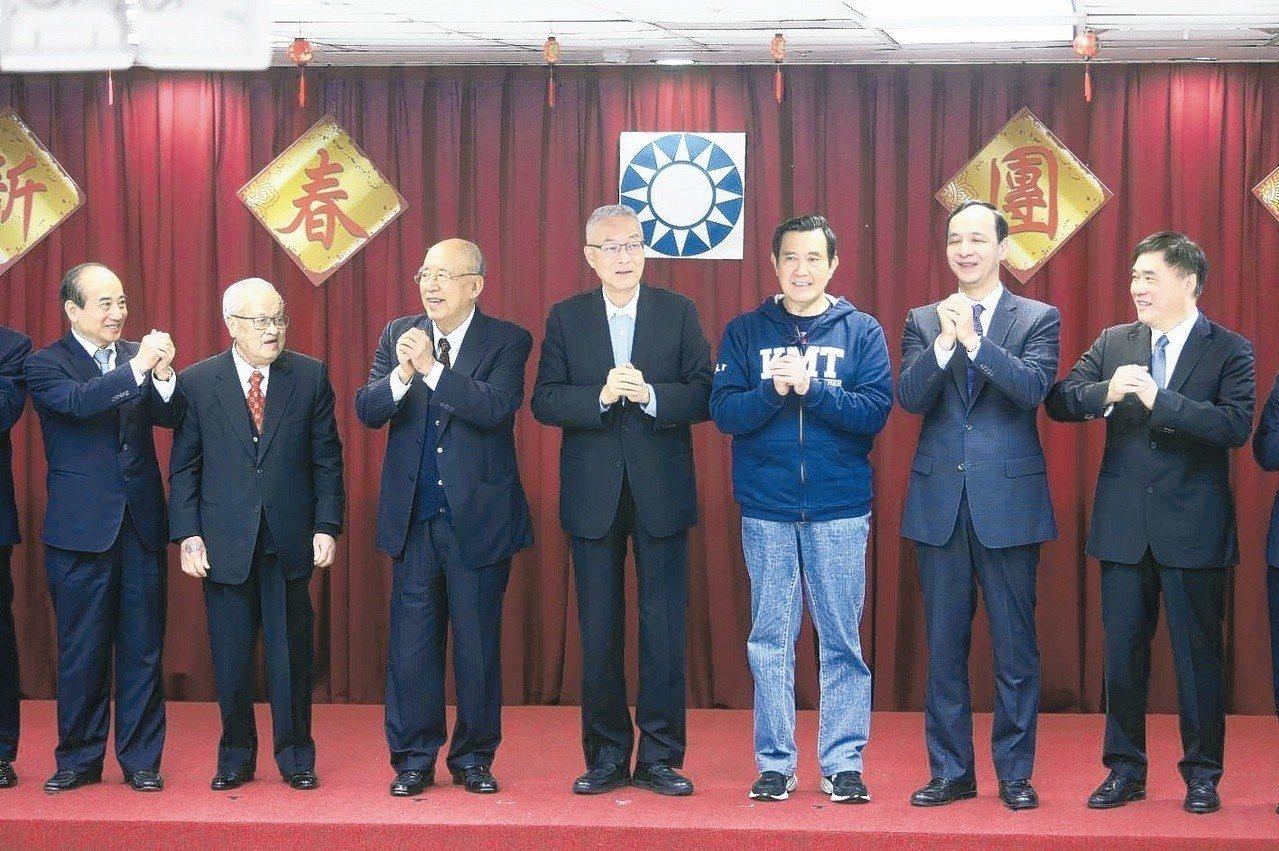 國民黨今天舉行新春團拜,包括國民黨主席吳敦義(右三)、前總統馬英九(右二)、新北...