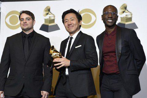 第61屆葛萊美音樂獎頒獎典禮今天在洛杉磯舉行,唱片界藝名為淘氣阿甘(Childish Gambino)的唐納葛洛佛以「這就是美國」(This Is America)榮獲最佳年度歌曲獎。唐納葛洛佛(D...