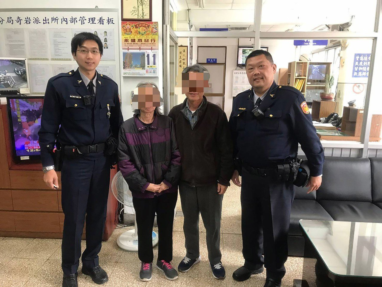 台北市北投區員警11日上午巡邏時,發現有名老婦(左2)失神坐在公園,上前關懷卻問...