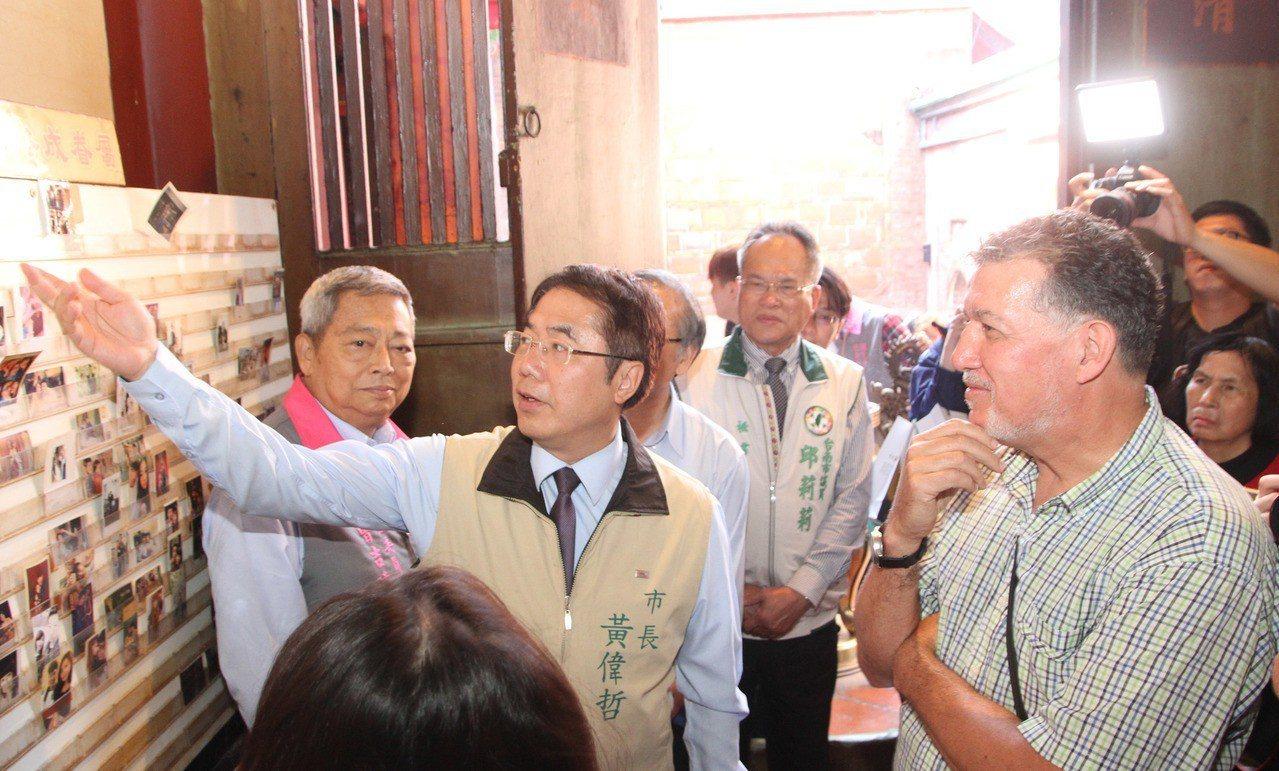 台南市長黃偉哲(左2)11日帶著幾名外籍人士到中西區的祀典大天后宮拜月老,體驗道...