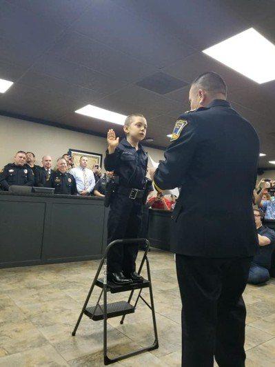 美國德州6歲癌症末期女孩阿里亞斯近日一圓當警察的夢想;自由港警局幫她舉行一場特別...