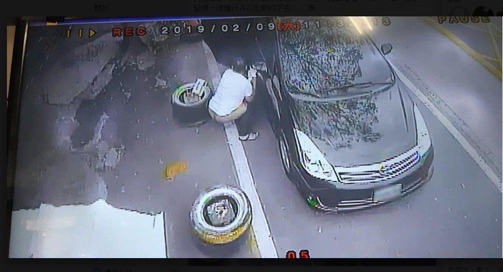 男網友PO文表示過完年在自家門口發現一坨無主「黃金」,查看自家監視器發現兇手竟是...
