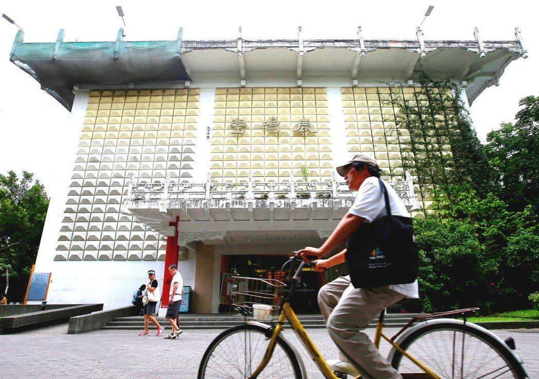 鹿鳴堂前身為僑光堂,設計建築師是創立淡江大學建築系的馬惕乾。記者杜建重/攝影
