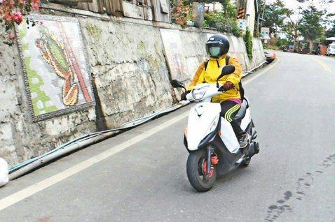 照服員林翠華總是騎機車在台東城鄉之間趕路,兩地之間常耗費1小時以上車程,造成接案...
