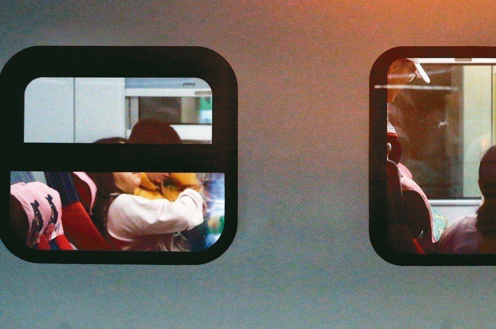 罹癌女網友搭火車時遭到一旁的老翁逼迫讓坐,她無奈回了一句「我罹癌了」,讓全車瞬間...