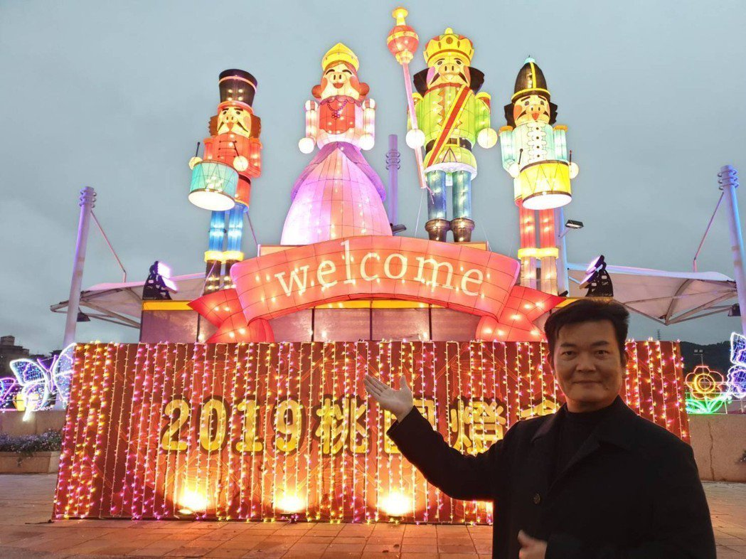 策展燈光藝術家林吉裕在龜山主燈:迎賓燈測試後與之合影。台旅會/提供