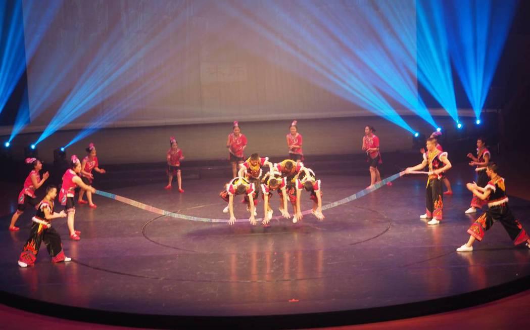雜技表演《阿細跳月》。 雲南民族歌舞表演藝術團/提供