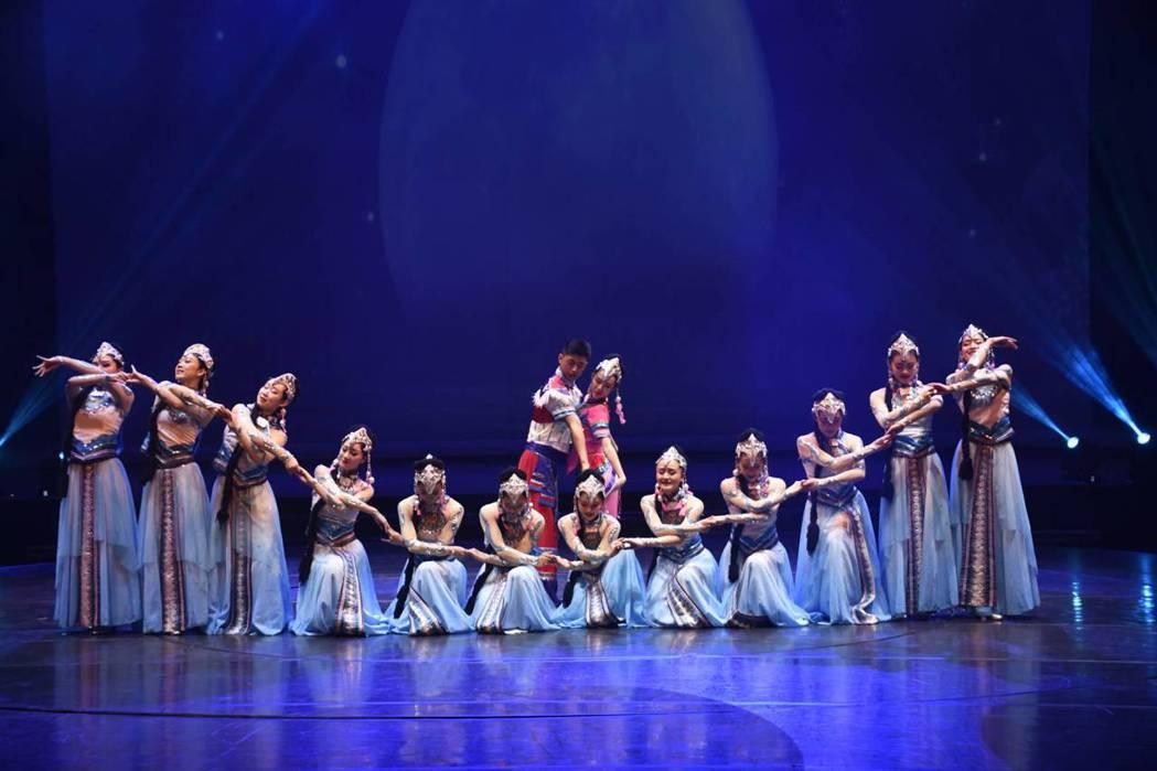 雲南民族歌舞表演藝術團表演不僅內容要意涵,午台燈光集氛圍亦相當注重,讓人直呼精采...