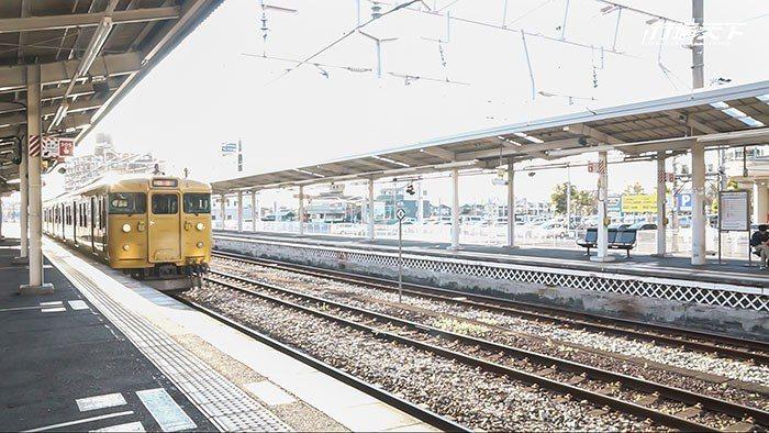 在倉敷站能遇見的可愛小黃列車。