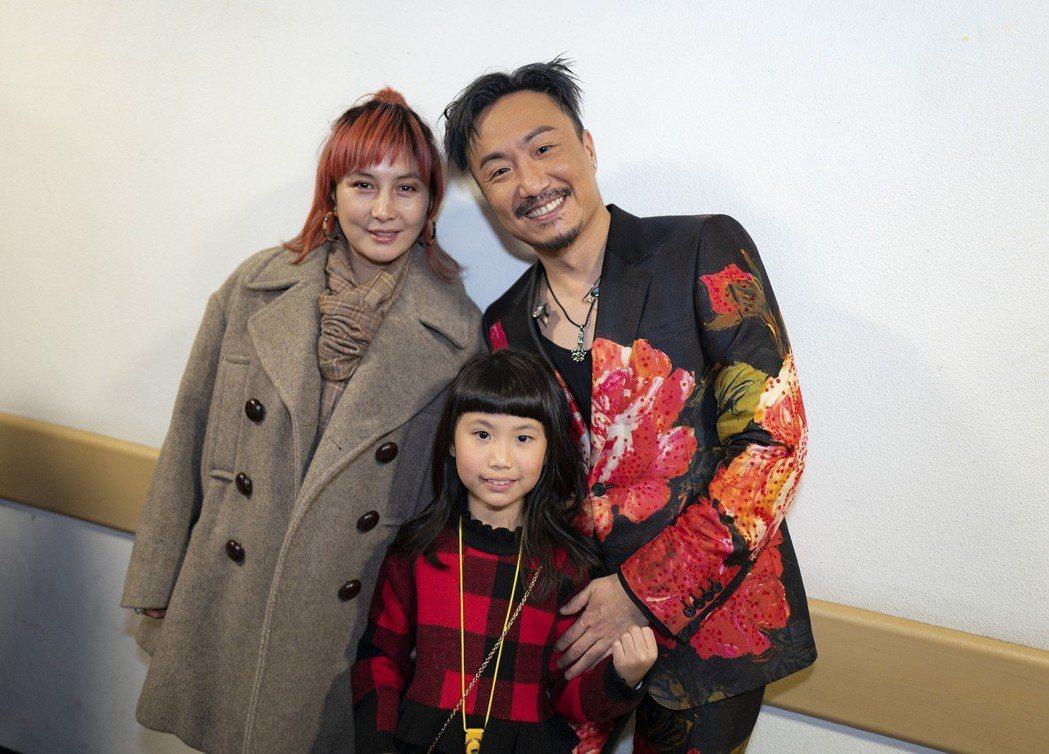何超儀(左)跟鄭中基及其女兒在後台合照。圖/Drill Team 162 Ltd