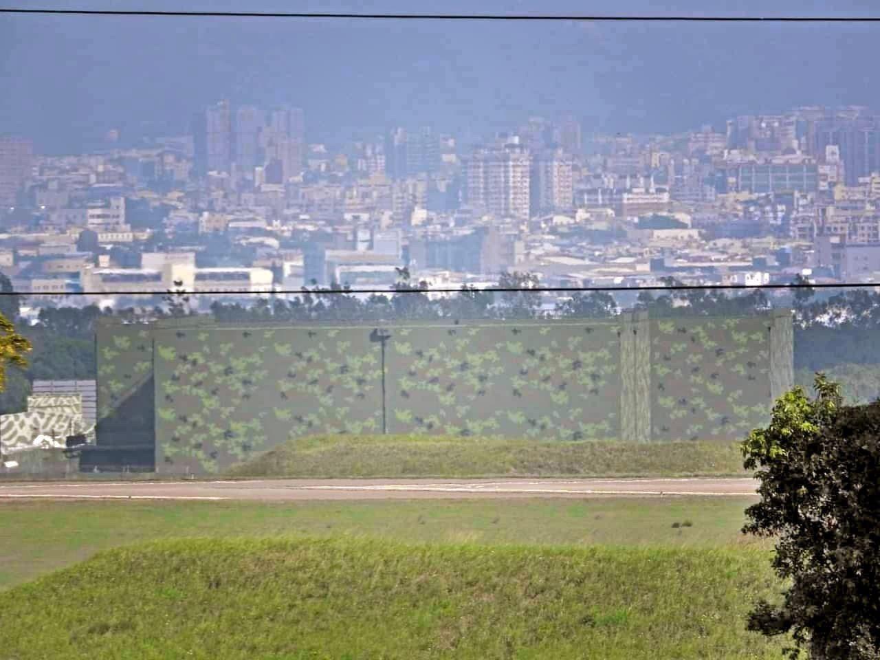 位於某軍事基地內的新建特種飛彈彈庫,佔地廣大,有高聳防爆牆。熊姓讀者提供