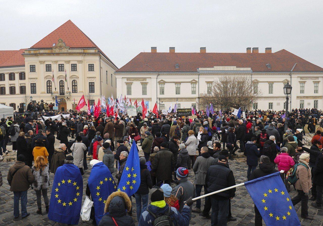 匈牙利總理奧班10發表年度演說時,民眾聚集布達佩斯的政府辦公大樓前抗議當局政策。...