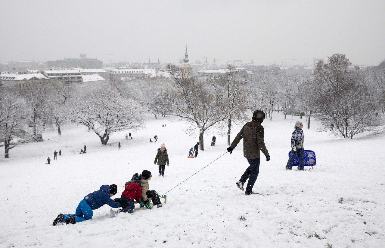 匈牙利總理奧班10日宣布,生下四名或四名以上的匈牙利女性可終生免繳所得稅。圖為布...