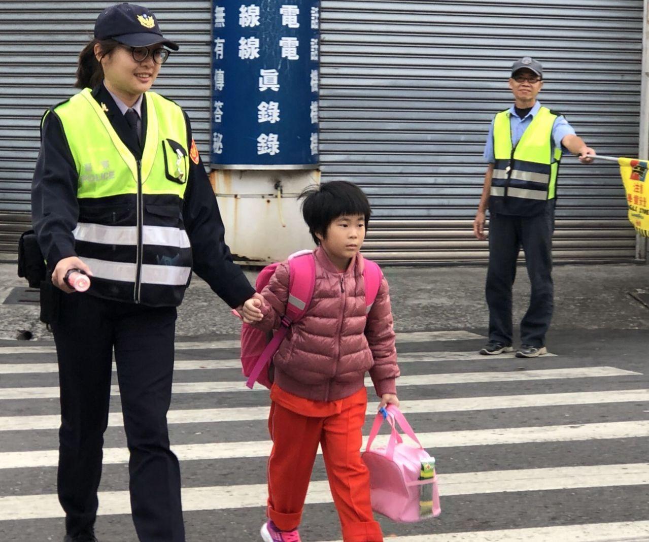 「警察阿姨」牽著學童小手,安全護送孩子上學去。記者王昭月/翻攝