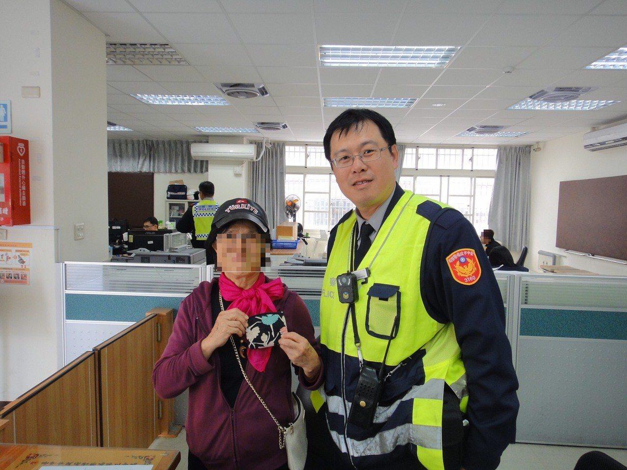 台中市林姓婦人8日在第三市場遺失錢包,警員黃柏華(右)用三張發票找出線索,將錢包...