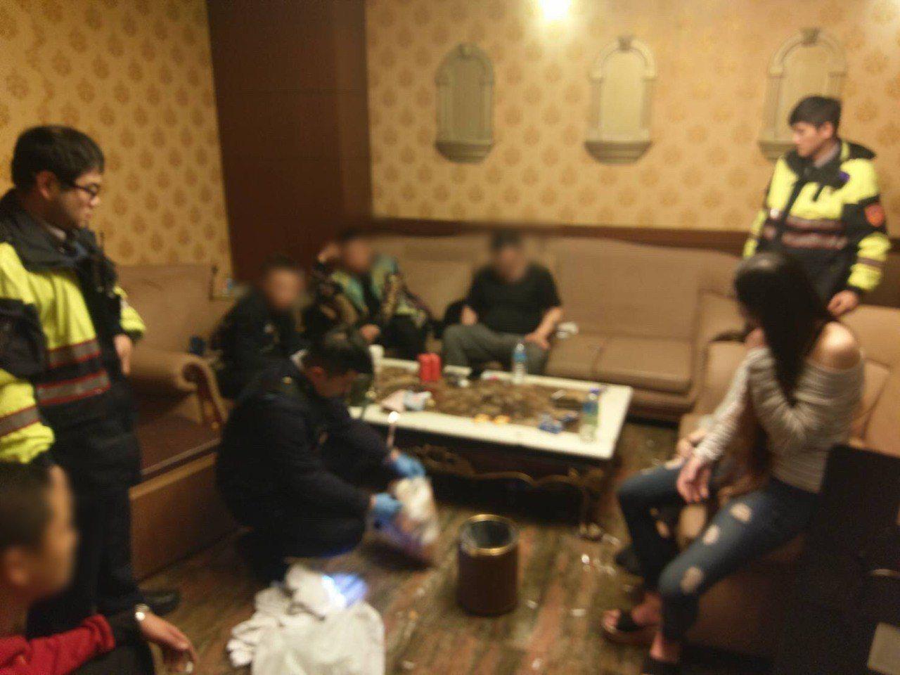 周姓男子在開工日前找來6男3女到汽車旅館開毒趴,警方全數帶回。記者袁志豪/翻攝