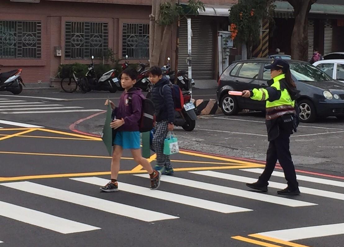 台南市警方今天針對轄區內學童上、下學時段,派遣警力執行「護童專案」勤務。圖/南市...