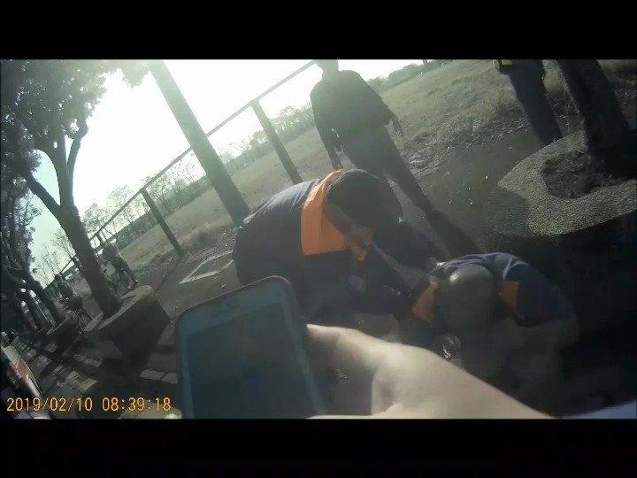 李姓計程車司機(右一)昨天上午全身是血癱坐橋頭新市鎮路邊。記者林伯驊/翻攝