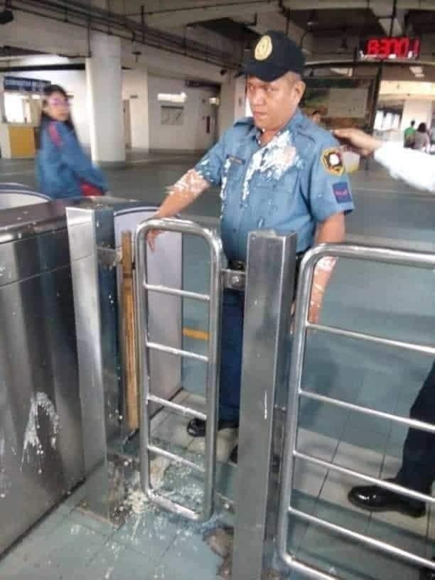 一名大陸留學生因遭制止將豆花進入馬尼拉的地鐵站,索性將豆花潑向為其解釋安全規定的...