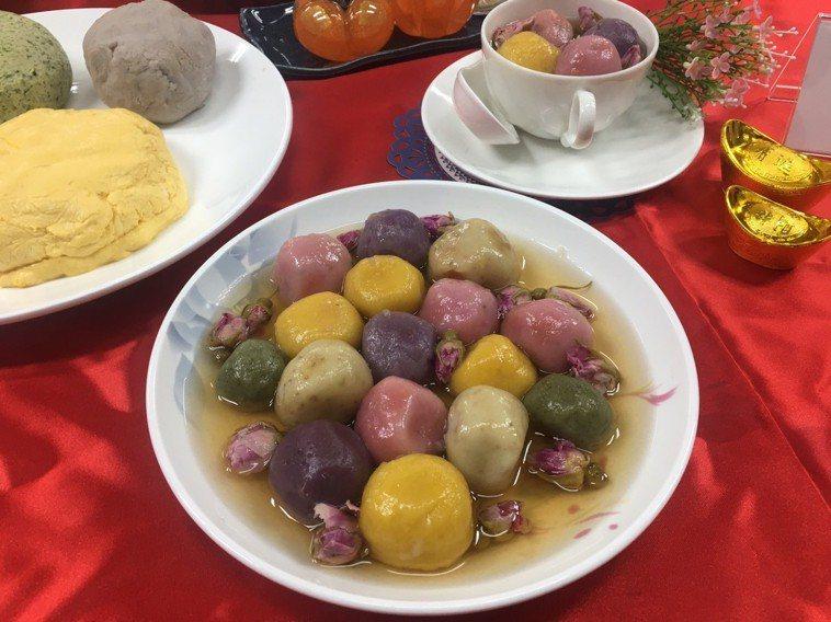 台北市衛生局聯合台北市立聯合醫院營養師,利用天然食材取代食用色素,設計繽紛的「五...