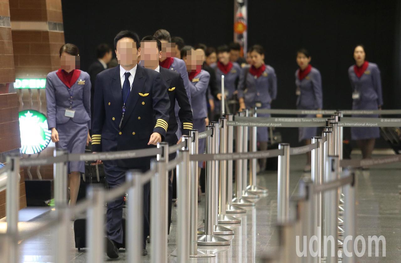 桃園機師職業工會否認有空服員恐嚇攻勢霸凌機師讓他們不堪壓力,繳出檢定證。聯合報系...