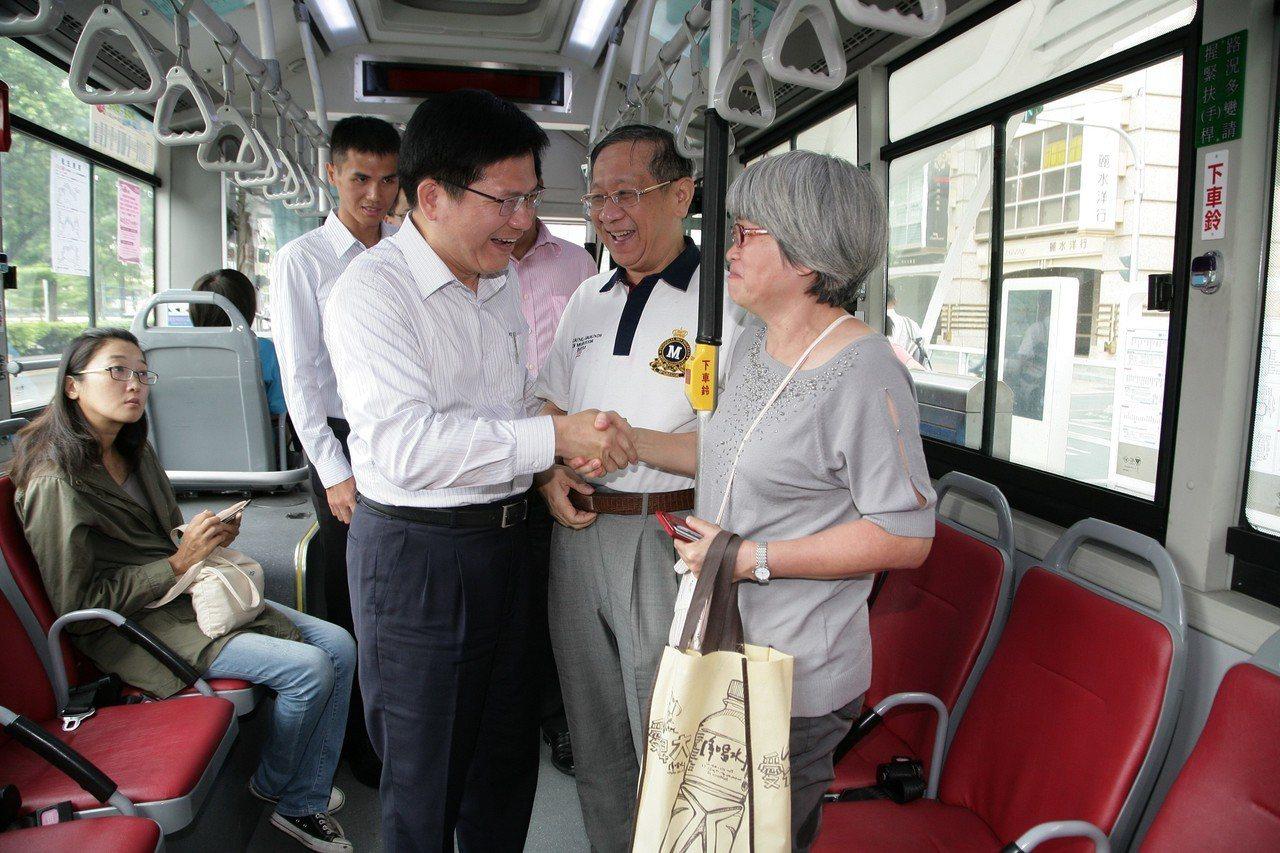交通部長林佳龍(左)慰問搭車民眾。圖/交通部提供