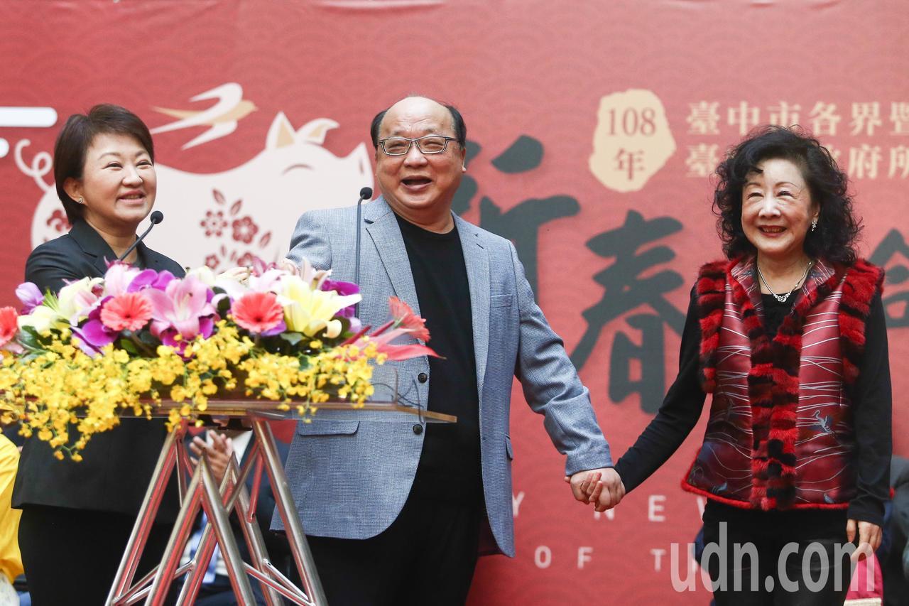 台中市長盧秀燕(左)邀請胡志強(中)、邵曉鈴(右)夫婦出席市府新春團拜行程。記者...